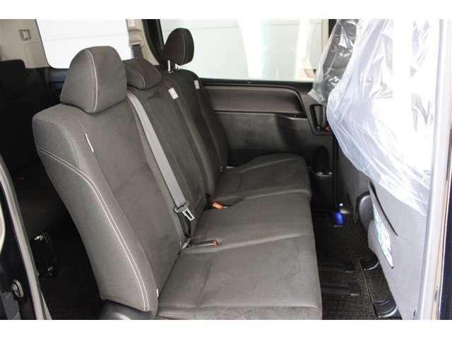 セカンドシートには、580mmのロングスライドが可能な6:4分割チップアップシートを採用。後方へスライドさせると足をゆったり伸ばして座れます。