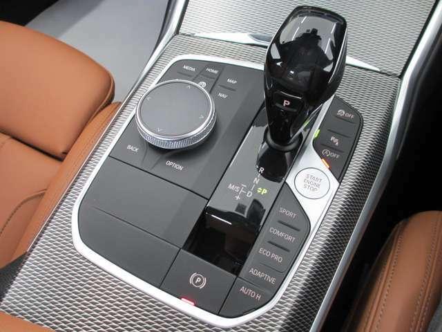 BMWのほぼすべてのモデルで、電子式シフトレバーを採用。手首のスナップだけで簡単に操作が可能。また、スポーツ・マニュアルモードを搭載しており、BMWらしい『意のままに操る』感覚をご体感いただけます。