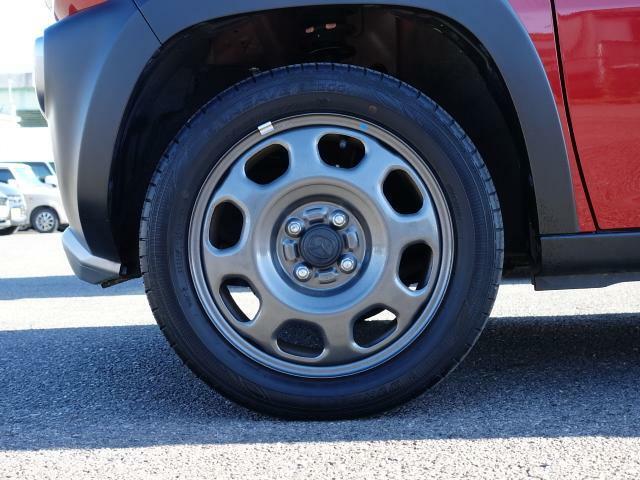 タイヤサイズは165/60R15。オフロード風のデザインのホイールを装備しています。