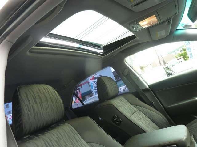 サンルーフ付きで開放的です 車内も広く感じ換気にも便利です