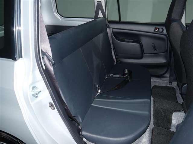 【後部座席】足元広々の座り心地良好、後席ですよ。 ドライビング中、長い間同じ体勢で居るのって大変ですよね。 長く座っているものだから、リラックスできるシートがいいですよね。