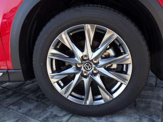 正統的かつスポークが長く見えるデザインを採用し、力強さを際立たせた225/55R19 99Vタイヤ&7Jインチアルミホイール。