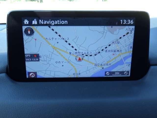 CX-8のマツダコネクトは、自車演算ユニットの導入により、GPSだけでは難しかった高層ビルの多い場所や高架下など、さまざまな時間や場所において自車位置をより正確に測位することが可能となりました。