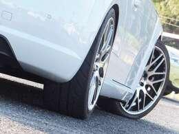 足下にはBILSTEIN車高調とWORK19インチアルミホイールがインストールされております。車高とホイールのセッティングもセンス良く仕上がっております。