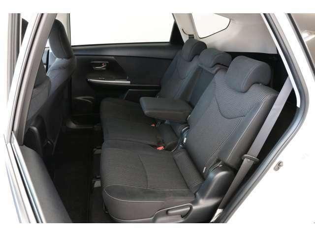 後席もキレイです。センターアームレストを装備しているので4人乗り時などでは快適性もとても高いです。