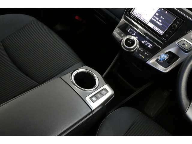 カップホルダー横にATモードの切り替えスイッチもあります。スイッチ1つでお好みの走行モードに切り替えできます。