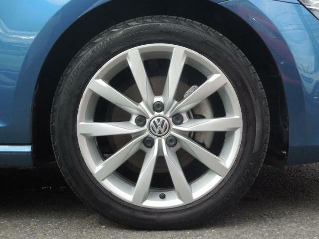 タイヤサイズは225/45R17。17インチ アルミホイール標準装備。コンフォートな乗り心地と切れ味あるハンドリングを両立。