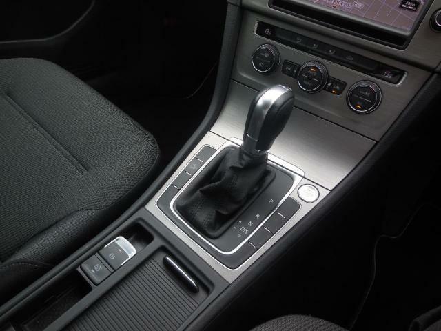 7速DSGトランスミッション。マニュアルモード(S)でスポーツ走行、通常の運転はドライブモード(D)。オートホールドモードで坂道発進も安心。エレクトロニックパーキングブレーキ搭載。