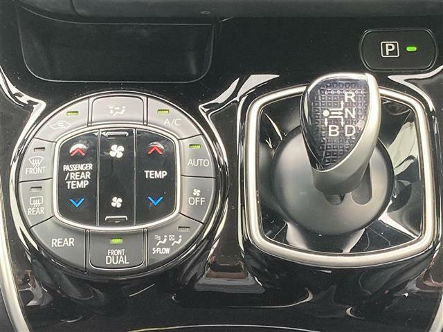 【左右分離型フルオートエアコン】運転席と助手席でそれぞれお好みの温度設定が可能で全席にも適切な空調をお届け致します!