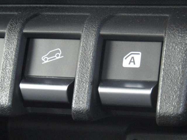 【ヒルディセントコントロール】急な下り坂などではブレーキを自動制御することで車両の加速を抑え、定速走行を実現します。ステアリング操作に集中できるので、安心して運転できます。
