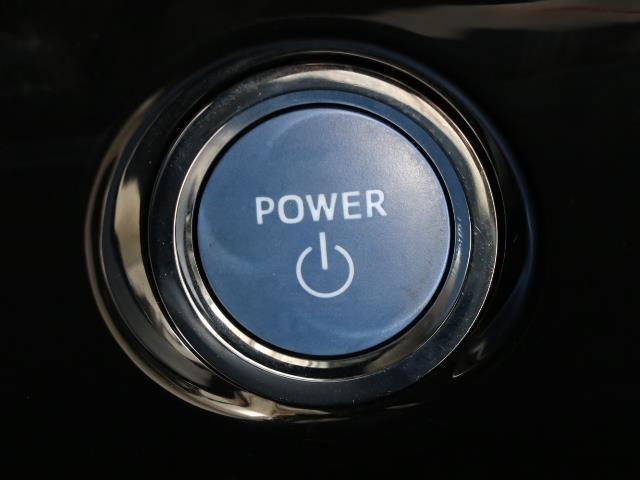 スマートエントリーキーシステムですね。 鍵を持っていればドアロック、解除、エンジン始動も楽チンです。 イチイチ鍵を出す手間も無くなりますよ。 悪天候時は特に重宝しますね。