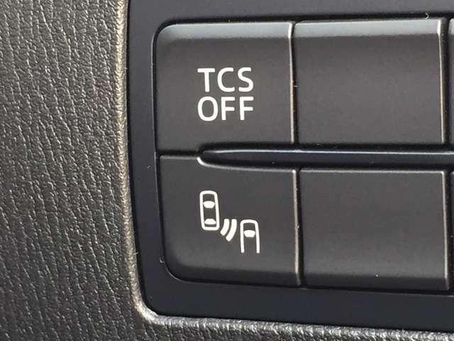 「ブラインド スポット モニター」後側方にいる車両を検知した場合、ドアミラー内やドアミラーの取り付け部など、クルマにより違うがランプが点灯するなどし、接近しているクルマの存在を教えてくれる。