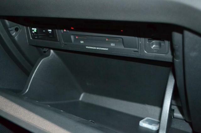 グローブボックス内にはETC車載器、CDDVDプレーヤー、SDカードスロットがあります。