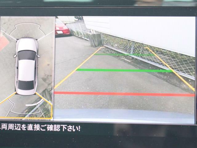 バック時の後方視認をサポートしてくれるリヤビューカメラに加え、、車を上空から見下ろしたような合成画像を表示。車の周囲を視覚的に把握できます。