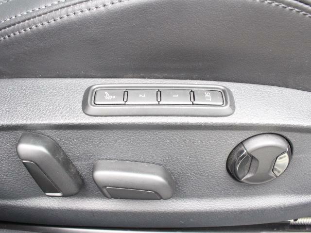 シートヒーター付きレザーシート。メモリー付きの電動シートですので、ご家族で運転交代される際も、ポジション調整の手間がかかりません。