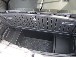 ラゲッジルームのフロア下には、ラゲッジアンダーボックスを設置。濡れた傘や靴なども収納できます。