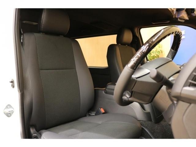 【運転席シート】高級感のあるハーフレザーシート採用