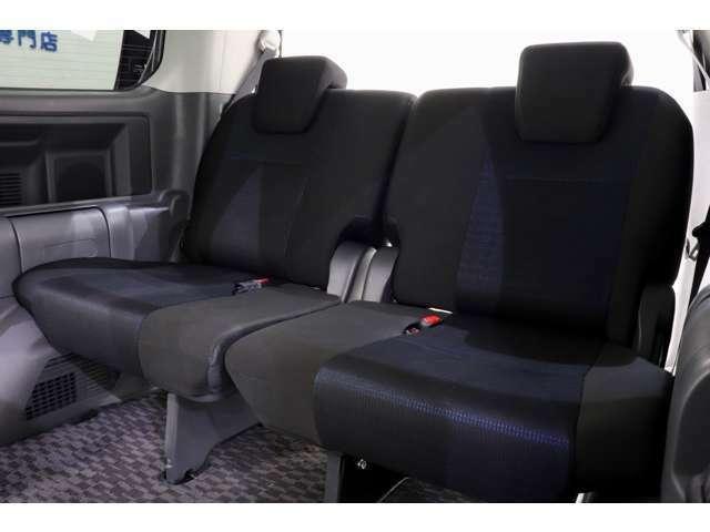 3列目シートも余裕の空間となっています♪乗車定員8名でのドライブも快適です♪