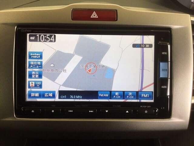 お出かけに便利な高性能純正メモリーナビ付き。(ギャザズVXM-152VFi ) Honda独自の インターナビ でリアルタイムな情報が入ります。