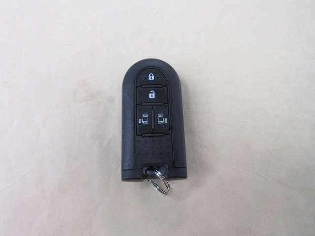 手荷物がいっぱいの時もバッグからキーを取り出さずに施錠・開錠ができる、とっても便利なスマートキー♪♪