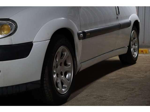 純正オーバーフェンダーは鉄板ではなく、樹脂です。とにかく軽量を追い求めている車です。