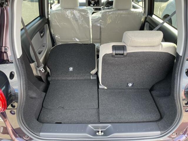左右別々に倒せる分割可倒式リヤシート、乗る人数と荷物のバランスを考えて効率的にスペースが使えます。