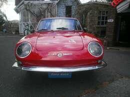 ヘッドライトはキャレロ製でランボルギーニ ミウラと同タイプ。
