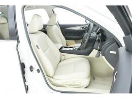 シートは全席ホワイトレザー。フロントシートにはシートヒーター&パワーシートも搭載です◎