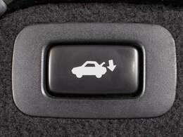 スイッチ操作でトランクリッドの自動開閉が行えます。電子キー本体のワイヤレス機能や運転席のスイッチからでもオープン操作が可能です!高級車ならではの快適装備です!