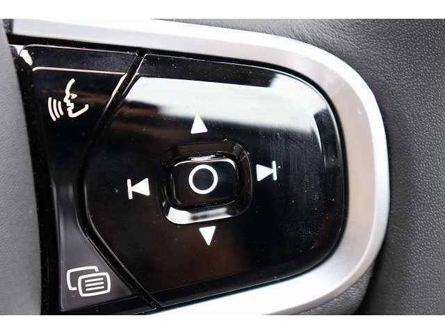 音声認識システムでは、メディアプレーヤー、Bluetooth接続の携帯電話、エアコンディショナーシステムおよびボルボナビゲーションシステムの一部の機能を操作することができます。