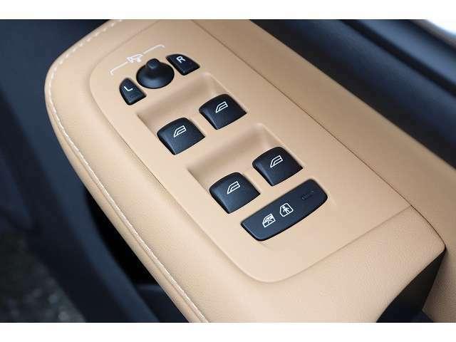 運転席ドア操作部では、電動格納ミラーの開閉、ロック開閉、すべての窓の自動開閉操作が可能です。