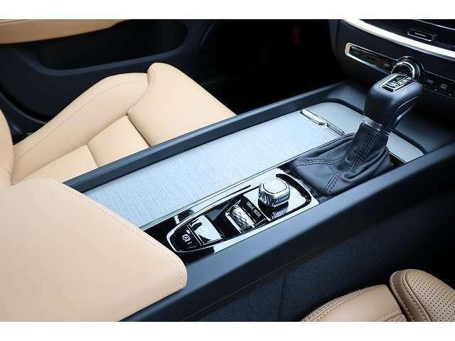 人間工学に基づいて設計されるボルボのインストルメントパネル。僅かに運転席側へと傾けられているほか、余計なスイッチ類を可能な限り排し、運転に集中しやすい環境を造り出しています。