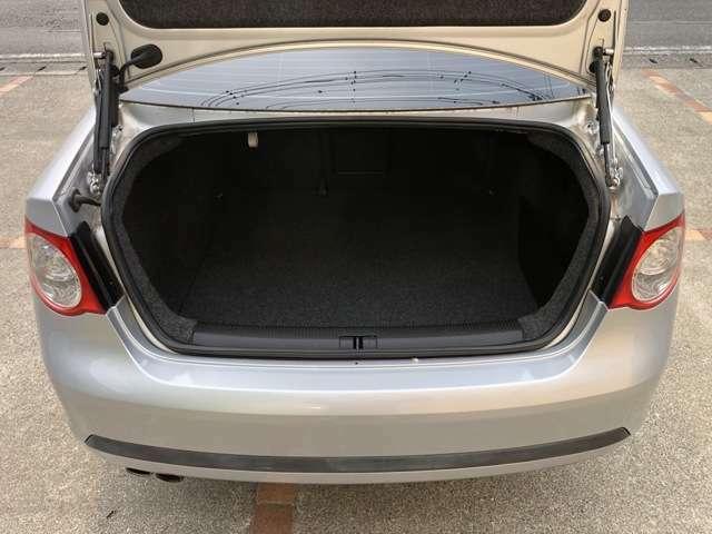 トランクも奥行きがあり充分な収納スペースが御座います!