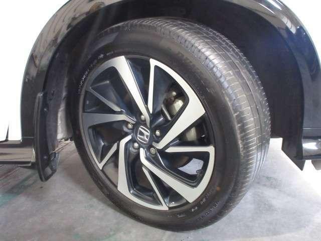 タイヤは ダンロップ VEURO 7分山程度 2020年製がついています。そして足元を精悍に引き締めるホンダ純正18インチアルミホイール、おしゃれは足元から、カッコイイですね!