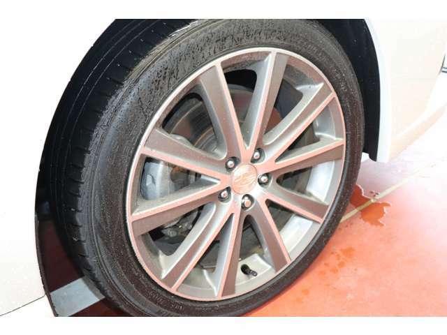 純正アルミホイール装着☆225/45R18インチ☆(タイヤ製造年月日2019年)タイヤ残り溝は7分山なので、まだまだ使用出来ますよ!