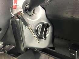 カバンやポケットから鍵を出さずにドアロックの開閉やエンジンスタートも可能なスマートキー搭載車です!