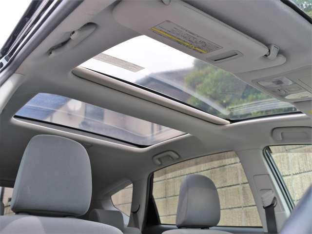 希少メーカーOPの大開口のパノラマルーフを装備☆車内の採光性にも優れていますしなにより開放感と高級感がありますね☆後付けできない装備ですのでぜひ装着車をお勧めいたします☆
