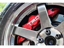 ブレーキはTRD モノブロックブレーキキット(フロント6ポット リヤ4ポットキャリパー)が装着されています。