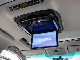人気装備のリアモニターを装着!ワイド画面のフリップダウンモニター搭載!!DVD機能も完備しております。後席にお乗りになる方やお子様も快適にお過ごし頂けます!!