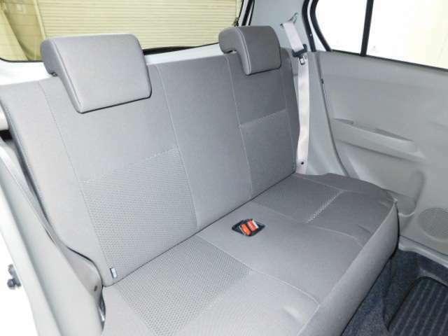 後席はベンチ式で背もたれを前倒しにすることができます。