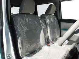 ゆったり座れるベンチシートです!センター部には運転席・助手席で共用できる大型アームレストも装備済みです。ゆったりした姿勢でドライブを楽しんでください!