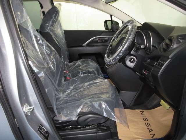 使いやすく安全な操作性と良好な視界を実現した運転席。