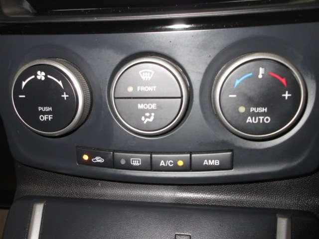 オートエアコンです。お好みの温度に設定すると車内の温度を検知し温度を自動で調整します。