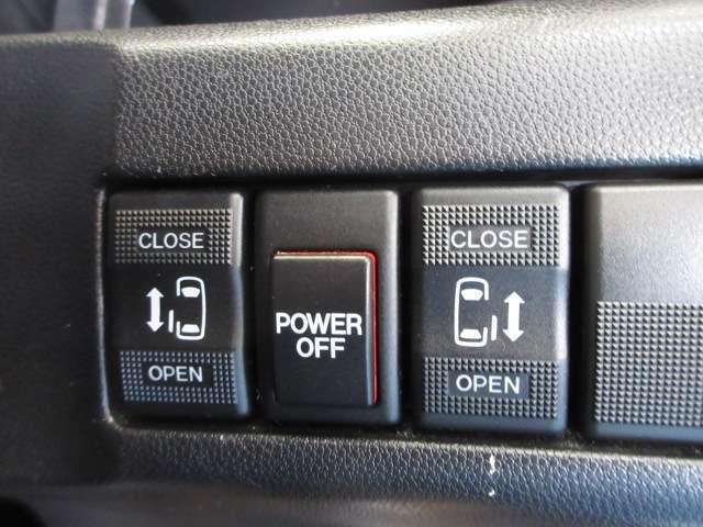 両側電動スライドドアだと、左右どちら側も大きくドアが開くので、隙間を気にせず気軽に乗り降りできます。ドアを開けた状態でも邪魔になることがないので、運転席・助手席から後方に行く際にスムーズです。