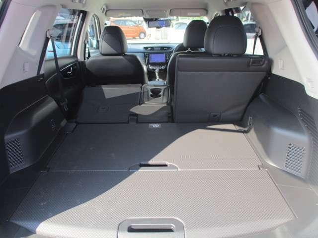 後部座席6・4分割で倒せば長尺物も積むことが可能です。