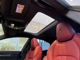 開放感をもたらすチルトアップ機構付電動パノラマ・ガラス・サンルーフ。ワンタッチで開閉可能です。チルト機能もついており、高速走行時でも、巻き込み風の影響が少なく車内の空気を入れ替えられます。