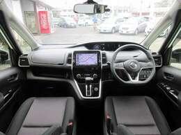 ディーラーオプションのメモリーナビ・ETC・クルーズコントロール・ドライブレコーダー・オ-トエアコン・インテリジェントキ-等を装備する運転席まわり。