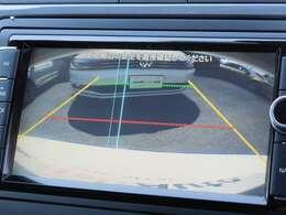 セレクターレバーをリバースに入れると大画面のリヤビューモニターが作動し、車両後退時の安全確認をサポートします。