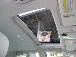 四季折々の景色が頭上から眺められるソーラーパネル付きのサンルーフも装備!車内の換気もこなし便利なアイテムです!