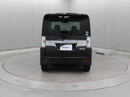 リヤに2箇所のソナーセンサーを設置することで、死角となる左右後方の障害物を検知し、ブザー音で運転手に警告する「コーナーセンサー」を搭載しています。
